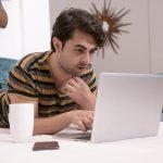 Laptop w trybie off i tani sprzedawca, czyli jak mniej płacić za prąd