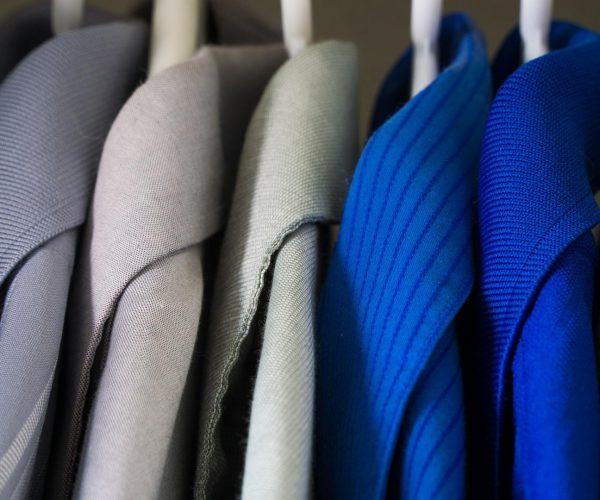 Organizacja szafy: jak uporządkować ubrania?